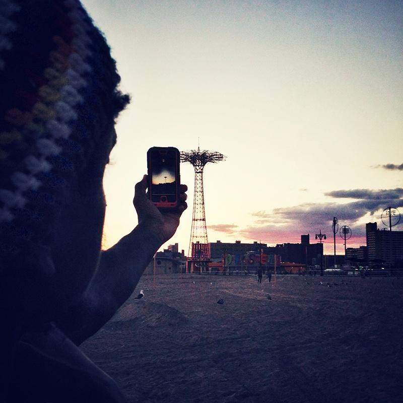 New York, 2013. Il fotografo Ruddy Roye scatta una foto sulla spiaggia di Coney Island. Ph. Irene Alison