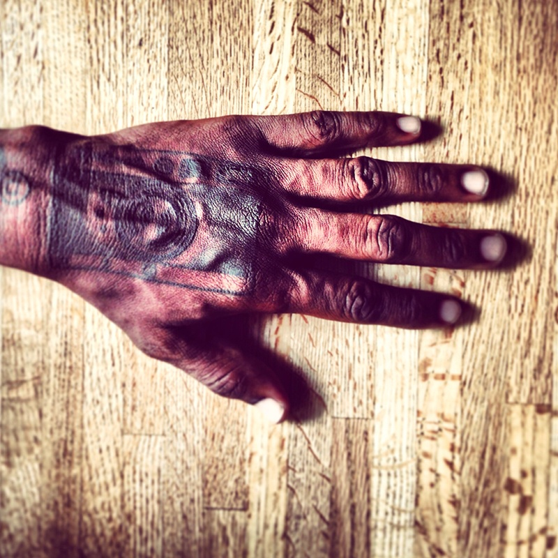New York, 2013. Un iPhone tatuato sulla mano del fotografo Ruddy Roye. Ph. Irene Alison